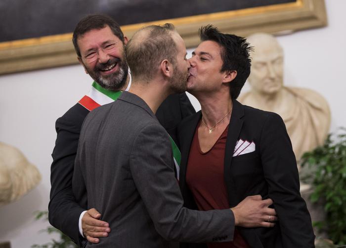 Matrimonio Gay Toscana : Nozze gay procura apre inchiesta lazio ansa