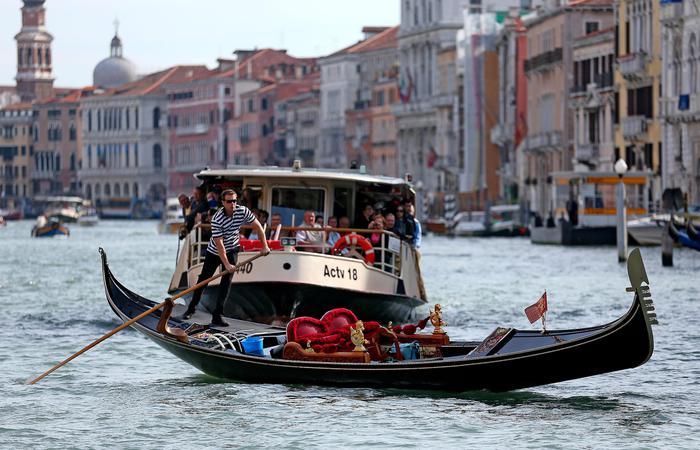 Venezia: turisti in acqua da gondola