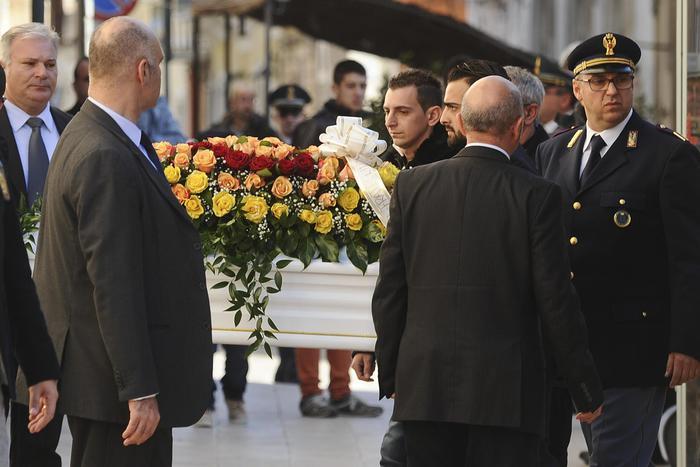 Folla commossa al funerale di Loris; il Vescovo: