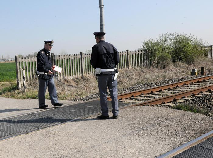 Coniugi sotto un treno, ipotesi suicidio