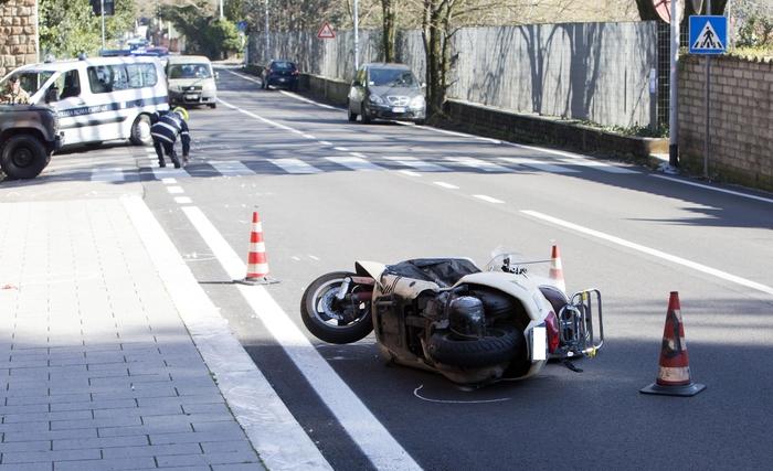 Scontro in motorino, muore 55enne