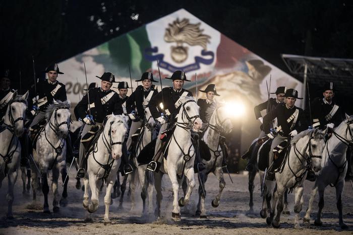 Una foto moderna dei Carabinieri a cavallo presa da uno dei suoi fantastici calendari