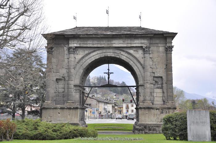 Arco d'Augusto in blu per l'infanzia - Agenzia ANSA