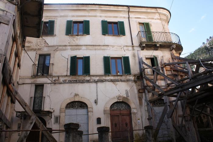 Un palazzo nel Comune di Fossa (Aq)