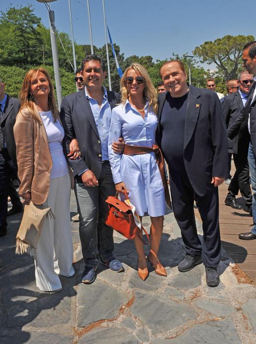 Elicottero Silvio Berlusconi : Berlusconi in elicottero a massa toscana ansa