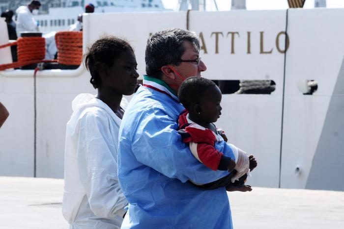 Augusta, continuano le operazioni di sbarco dei migranti$