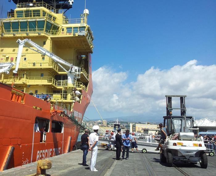 Immigrazione, sbarca al porto di Catania la nave con 312 superstiti e 49 vittime$
