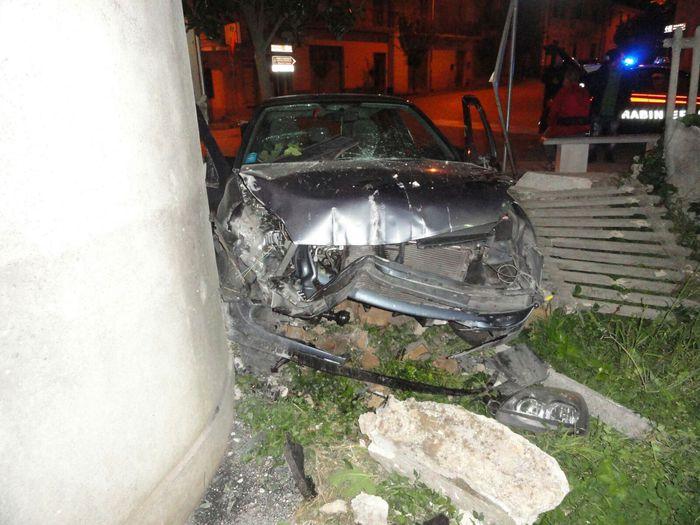 Guida ubriaco, contro muro stazione Fs