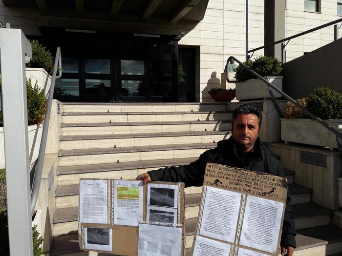 Imprenditore protesta davanti a Regione