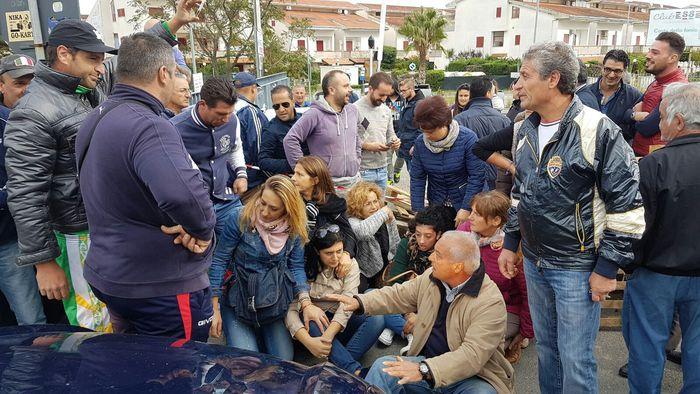 Migranti in albergo, protesta cittadini