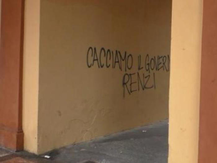 Scritte contro Renzi imbrattano portico