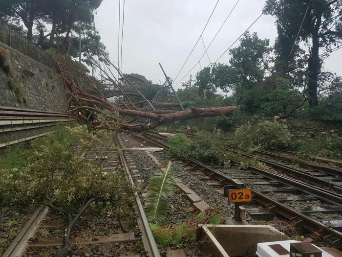 Soccorsi 300 passeggeri su treno Liguria