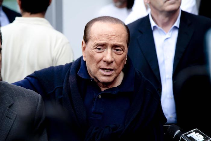 Berlusconi cade in casa e batte la testa. Medicato a Milano