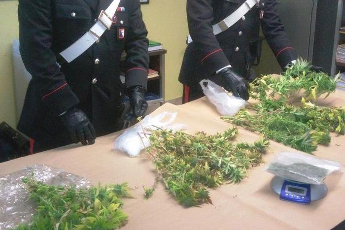 Giovane sorpreso con 1 kg di marijuana
