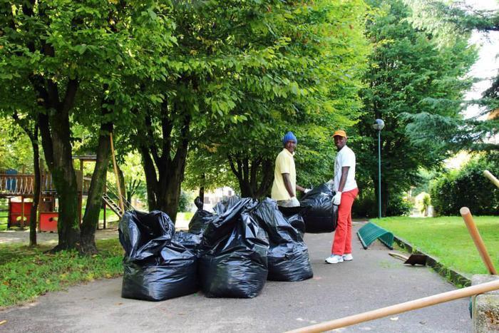 Migranti, a Milano puliscono i parchi