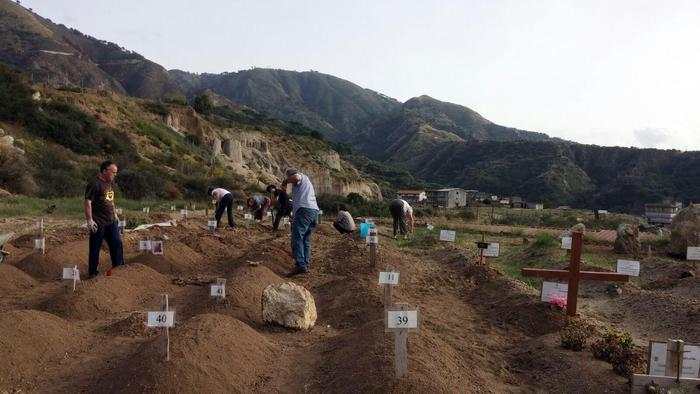 Migranti: un cimitero per morti in mare