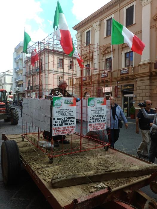 Chiuso in gabbia, protesta per SS 106