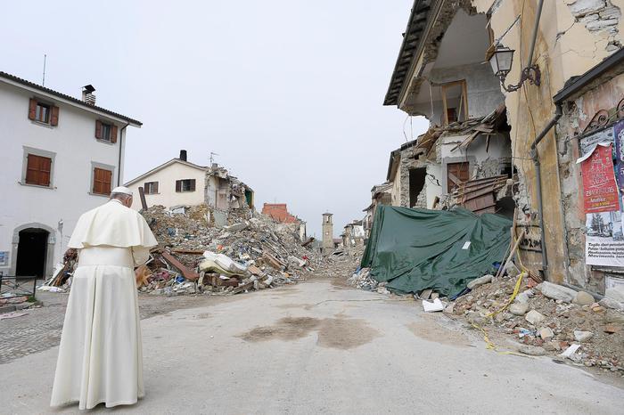 Papa ad Amatrice, prega tra macerie
