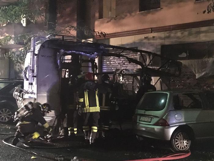 Camper prende fuoco in periferia Bologna