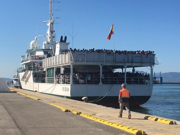 Nave con 1258 profughi a Cagliari