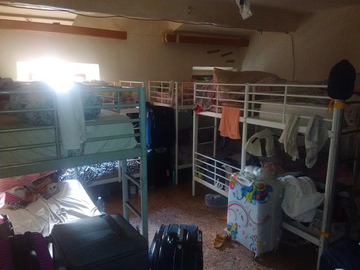 'Dormitorio' abusivo, 30 letti in 60 mq