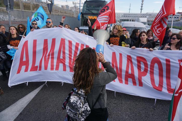 Dipendenti Almaviva occupano sede Napoli