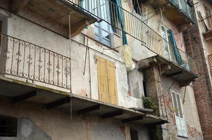 Crolla balcone, feriti due operai