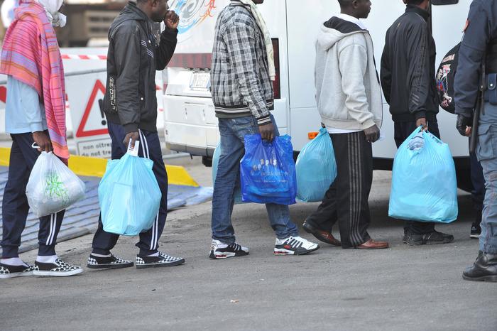 Acqua e soldi, protesta migranti Livorno