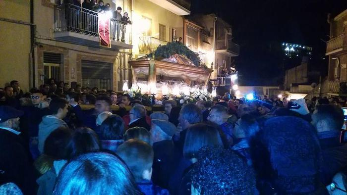 Caltagirone, processione con inchino a boss$