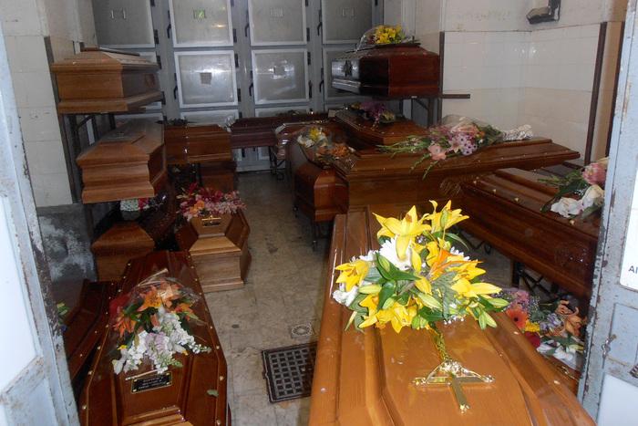 Catania, al cimitero è caos bare$