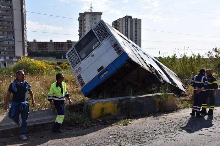 Catania, bus AMT finisce fuori strada: illeso il conducente$