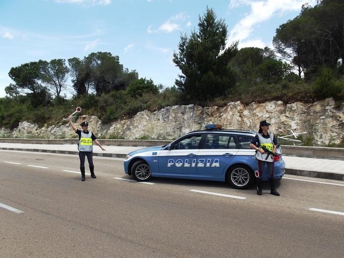 Ubriaca guida contromano in A14, fermata