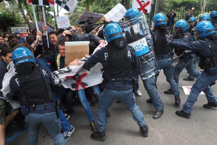 Salvini. Scontro tra collettivi e polizia davanti ad Ingegneria