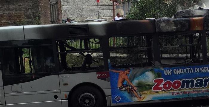 Bus a fuoco alla stazione Termini, nessun ferito