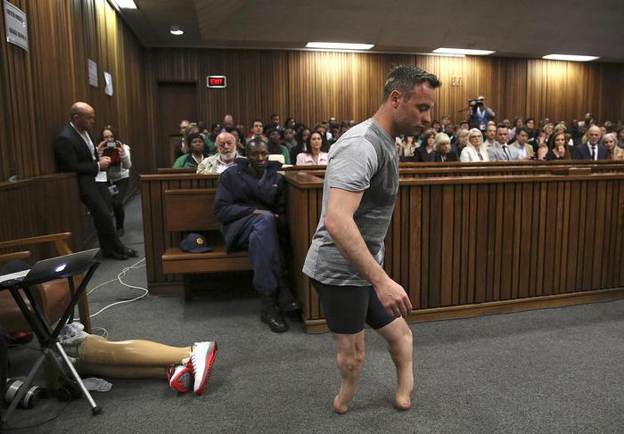 Oscar Pistorius in aula si sfila le protesi e cammina. La strategia choc della difesa
