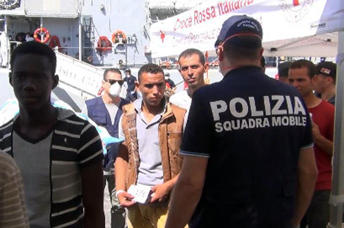 Migranti: sbarco 1.200 a Catania,8 fermi