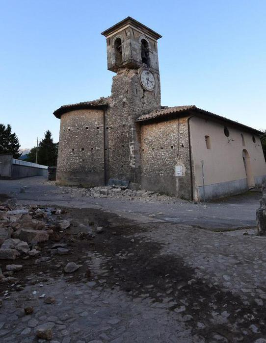 Papa prega davanti campanile crollato
