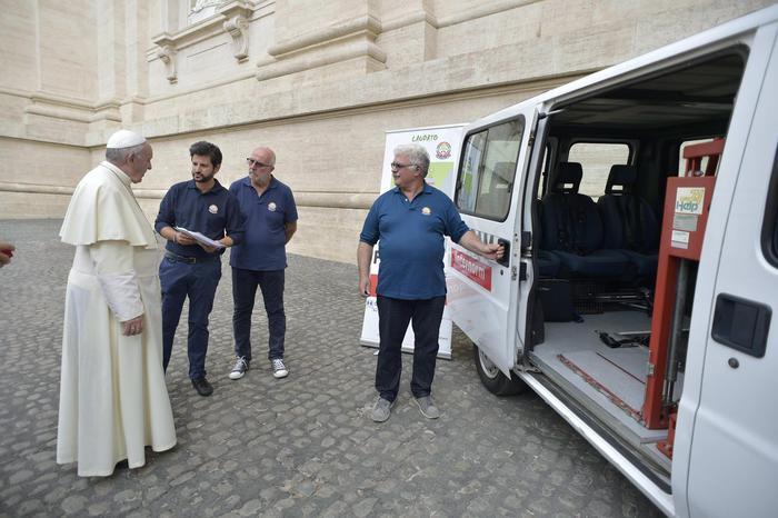 Papa benedice pulmino 'Laudato'