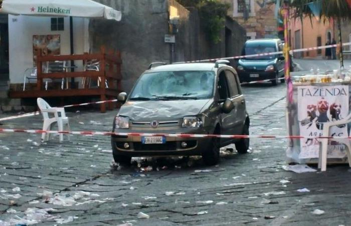 Auto su folla: stazionari i feriti