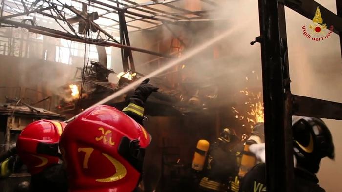 Incendio distrugge capannone a Gioia T.