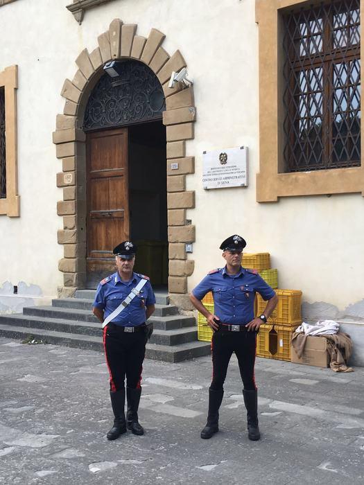 Protestano insegnanti Siena, arrivano cc
