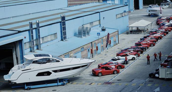 Parata di Ferrari tra gli yacht Azimut