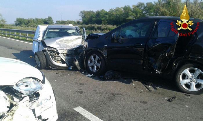 Scontro fra 4 auto su jesolana, un morto