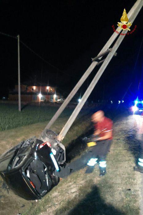 Auto abbatte tre pali,ferita conducente