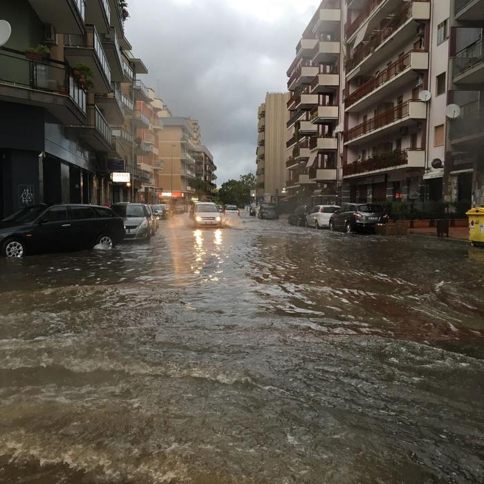 Nubifragio a Bari, strade allagate
