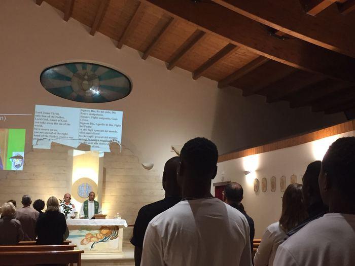 Migranti in chiesa,preghiere in inglese
