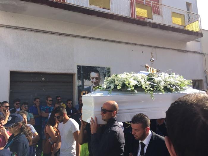 Piazza gremita per funerali operaio Ilva