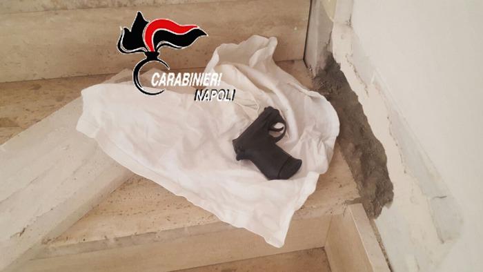 Pistola carica in scale condominio