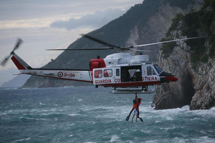 Malore su ferry, salvato con elicottero