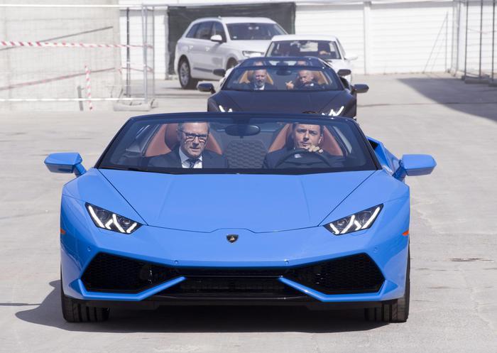 Renzi guida la spider Lamborghini